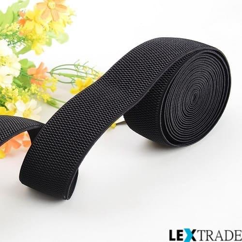 Эластичная текстильная лента черного цвета и цветы.